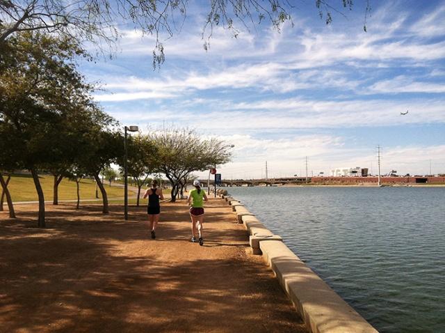 running path along temp town lake